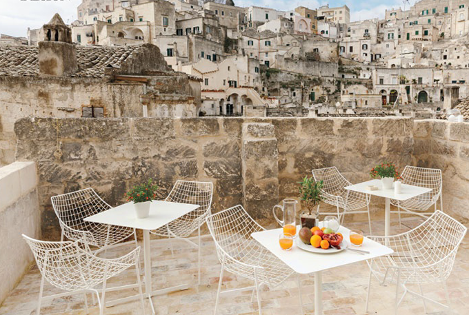 Modern Outdoor Furniture White.png
